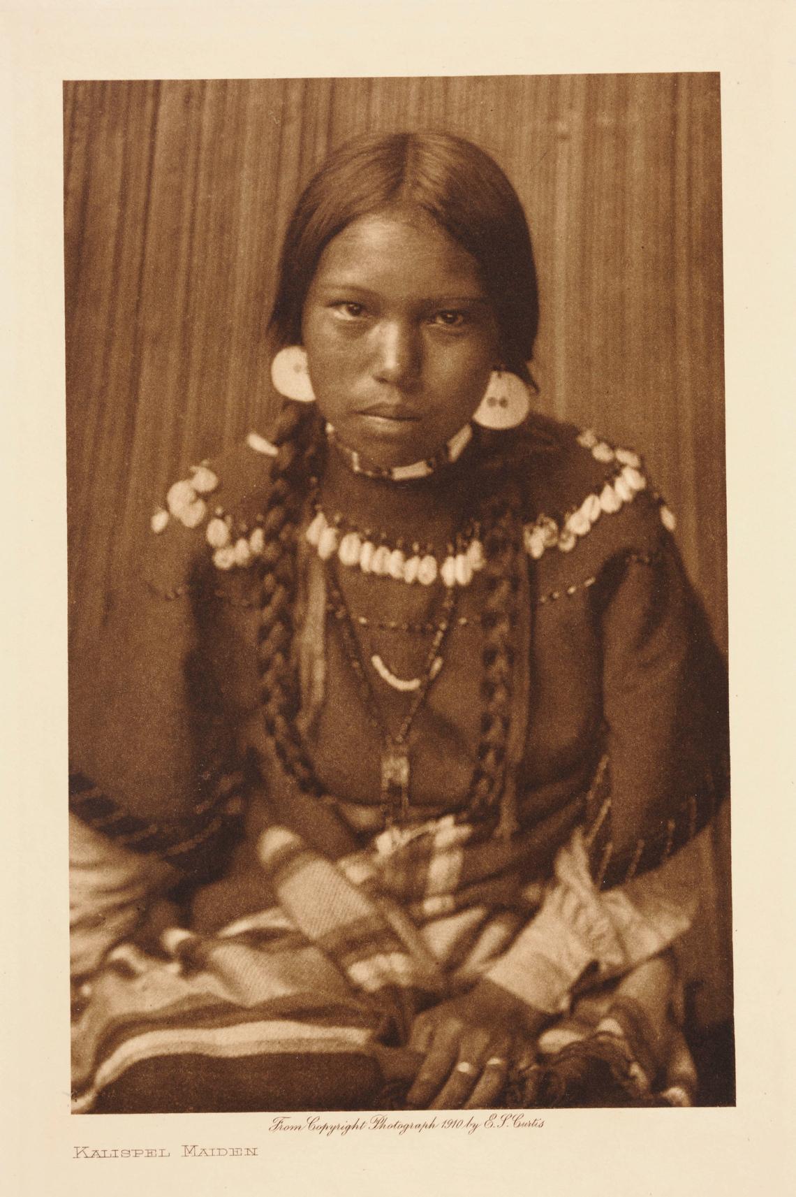 Foto: Edward S. Curtis, Kalispel Maiden, 1910. Tilhører Preus museums samling.