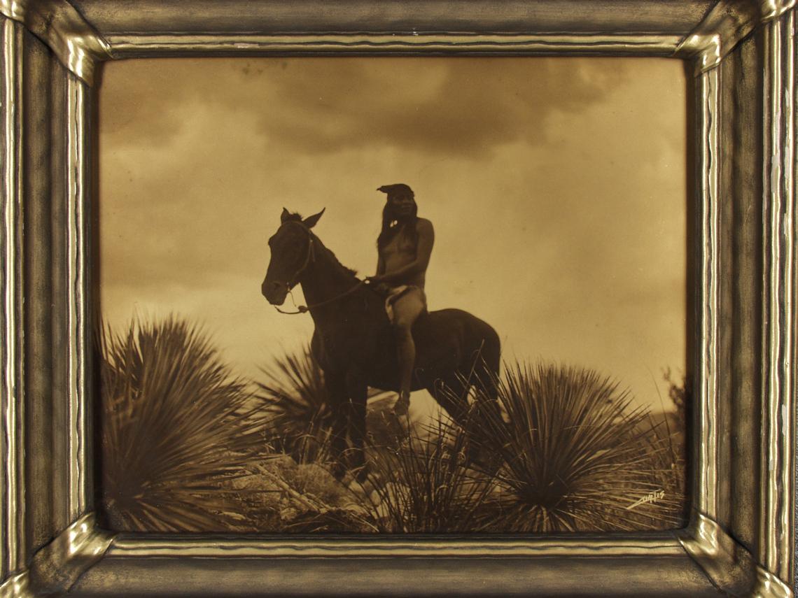 Foto: Edward S. Curtis, The Scout-Apache, 1906. Tilhører Preus museums samling.
