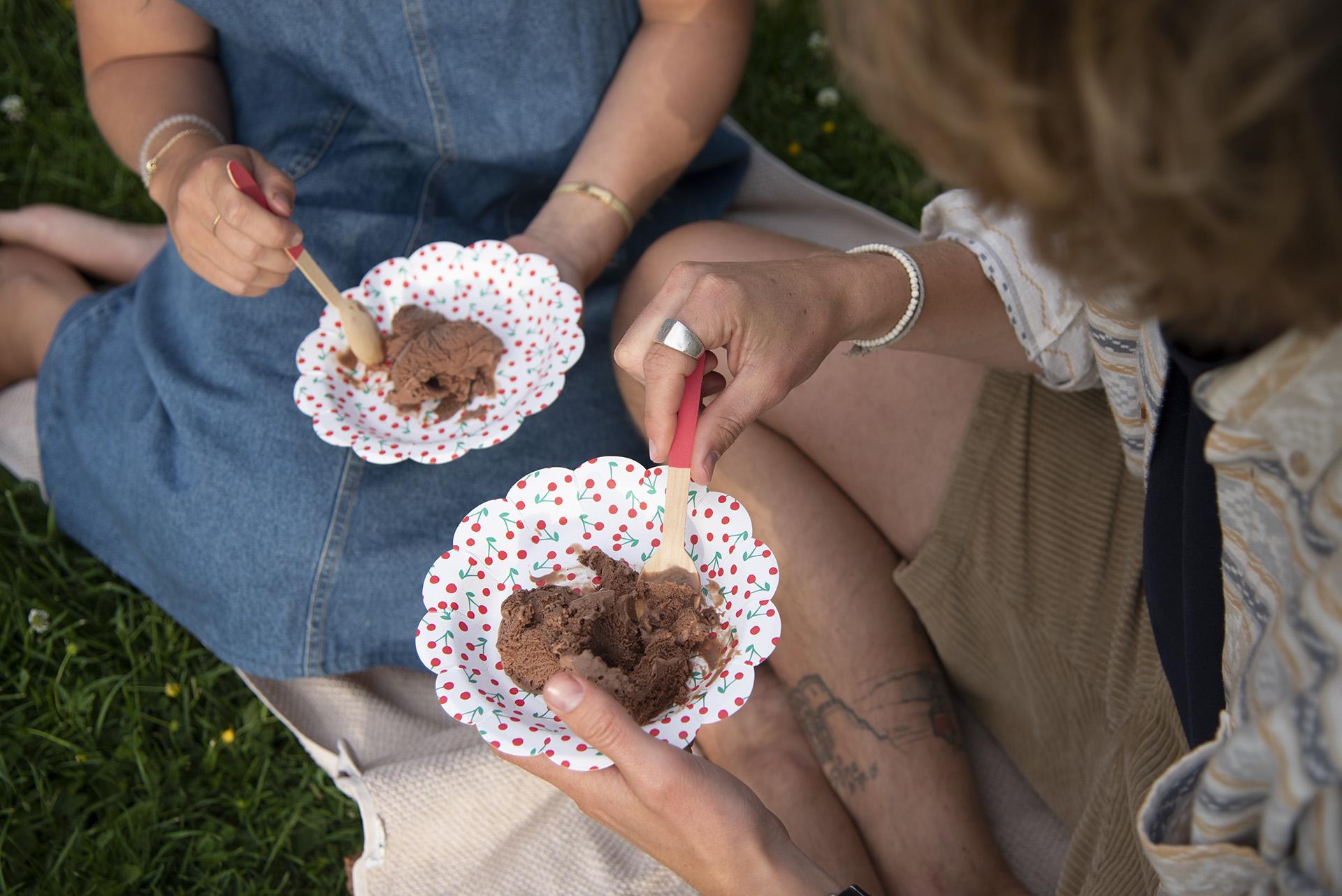 To personer spiser vegansk sjokoladeis.